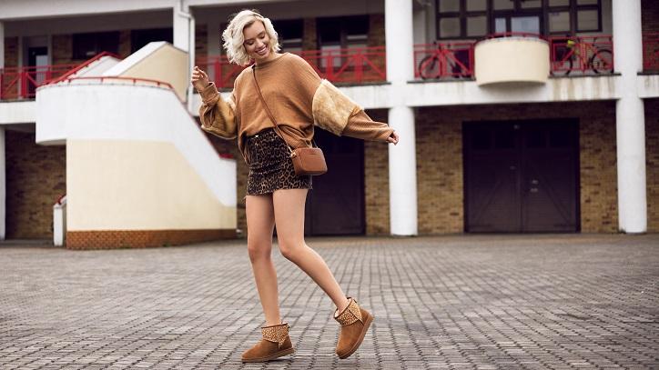 buty ugg brązowe na modelce stylizacja ze spódnicą w zwierzęcy wzór