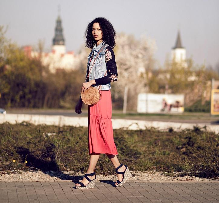 czarne sandały na koturnie na modelce stylizacja ze spódnicą