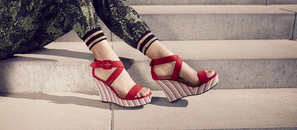 sandały na koturnie - jak nosić