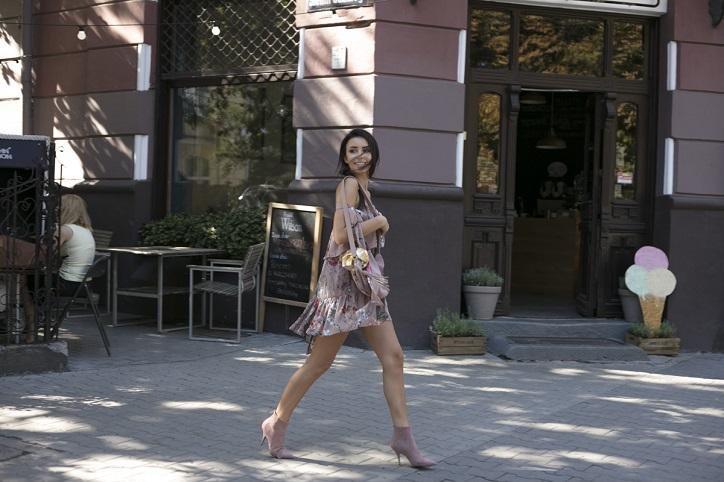 pastelowe botki zamszowe na szpilce na modelce stylizacja z sukienką