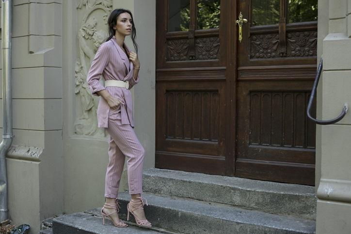 pastelowe sandały na szpilce stylizacja z garniturem