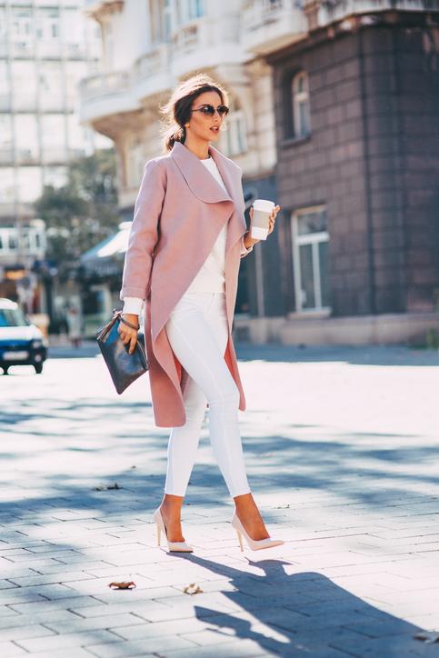 pastelowe szpilki na modelce stylizacja z białymi spodniami i płaszczem