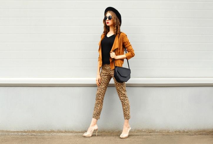 pastelowe szpilki peep toe na modelce stylizacja ze spodniami w panterkę