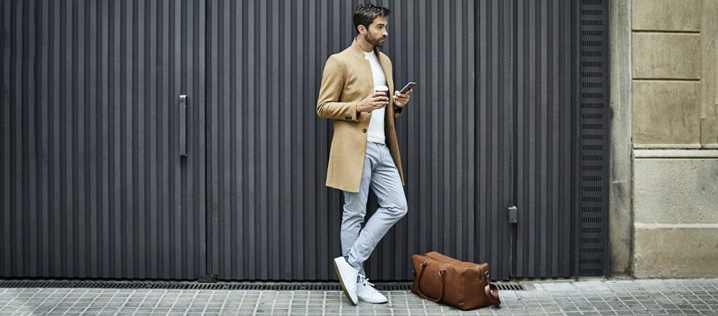 Mężczyzna w chinosach i butach