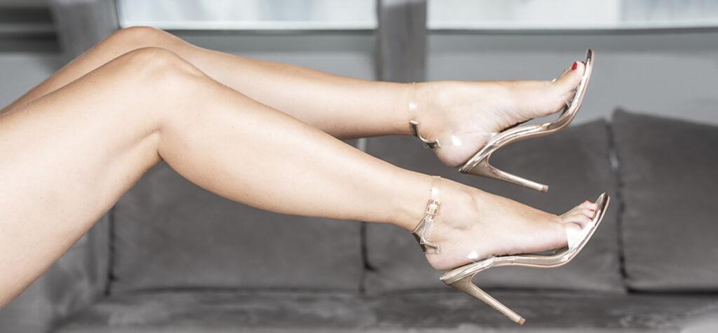 Złote sandały na szpilce z transparentnymi wstawkami