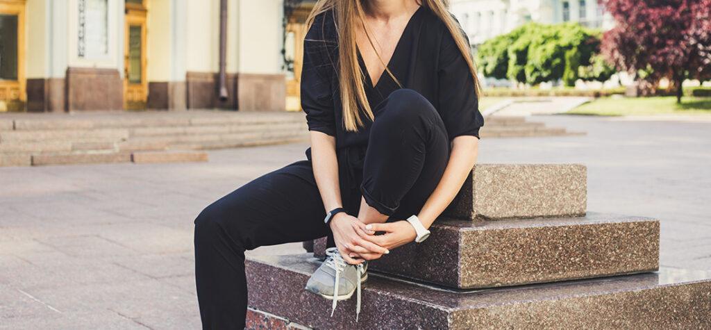 Czarny kombinezon i sportowe buty