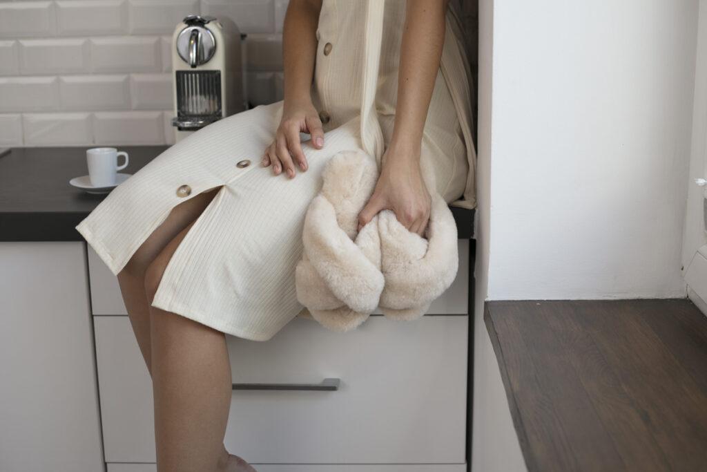 Kobieta w domu w stylizacji z kapciami