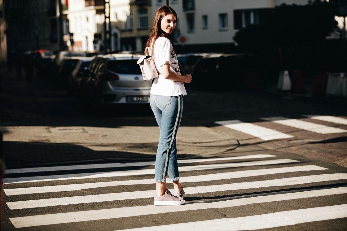 Casualowa stylizacja z jeansami i T-shirtem