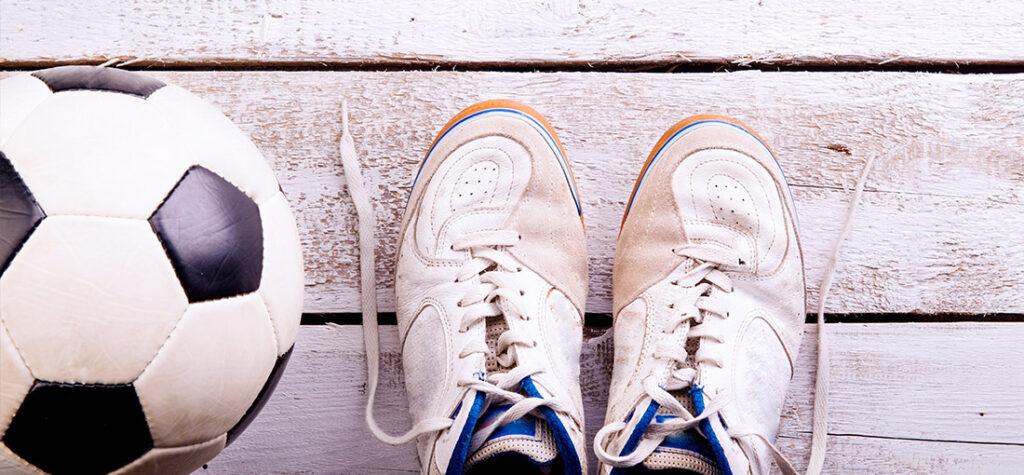 buty na salę gimnastyczną i piłka