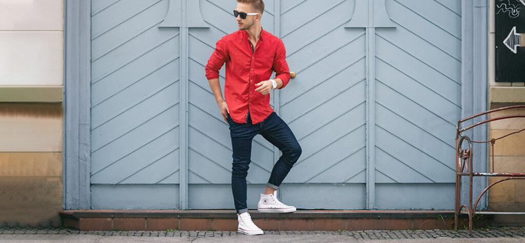 Białe buty portowe i czerwona koszula