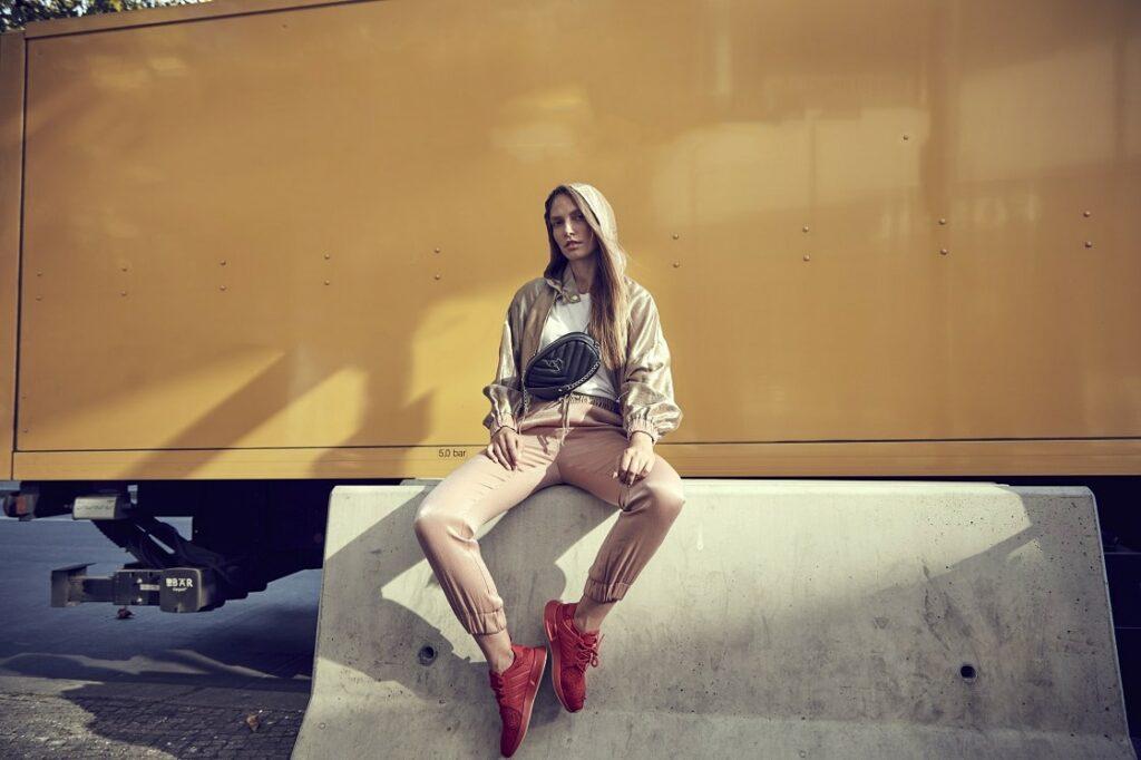 Czerwone sneakersy i damski dres