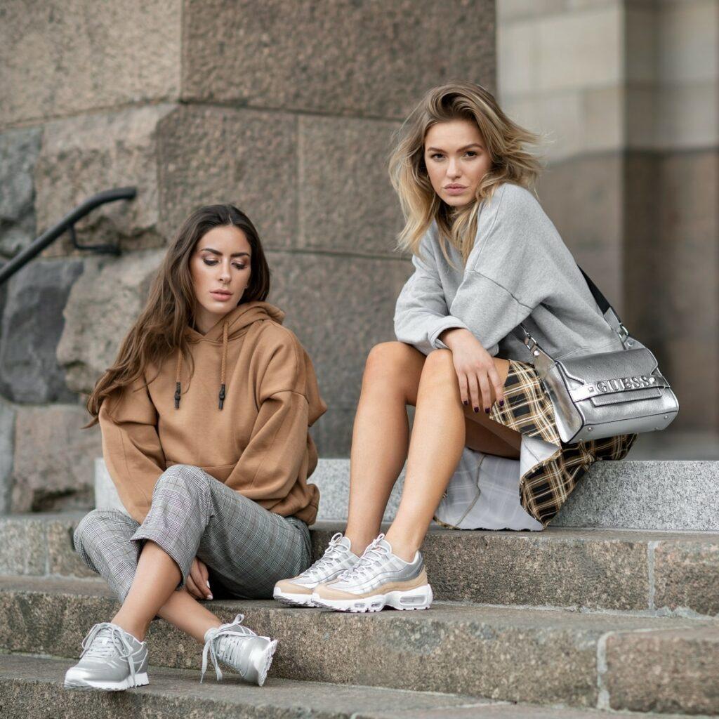 Srebrne sneakersy w stylizacjach casualowych