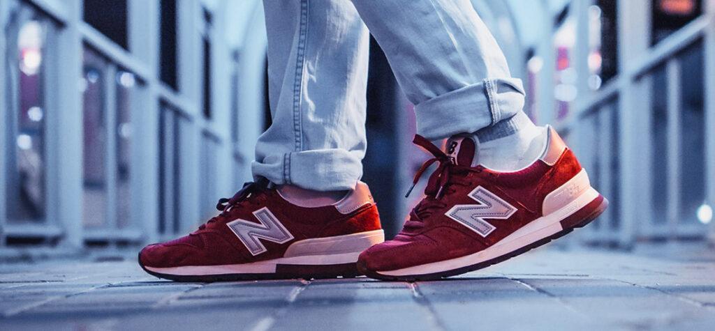 czerwone buty New Balance na nogach