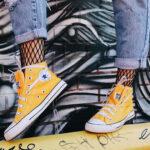 modelka w żółtych trampkach Converse All Star