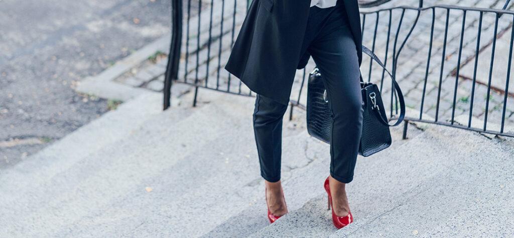 modelka w czarnym garniturze i czerwonych szpilkach