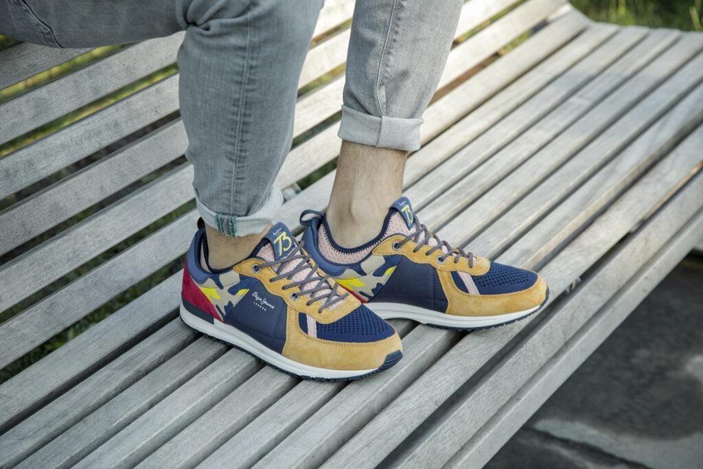 kolorowe męskie sneakersy na nogach