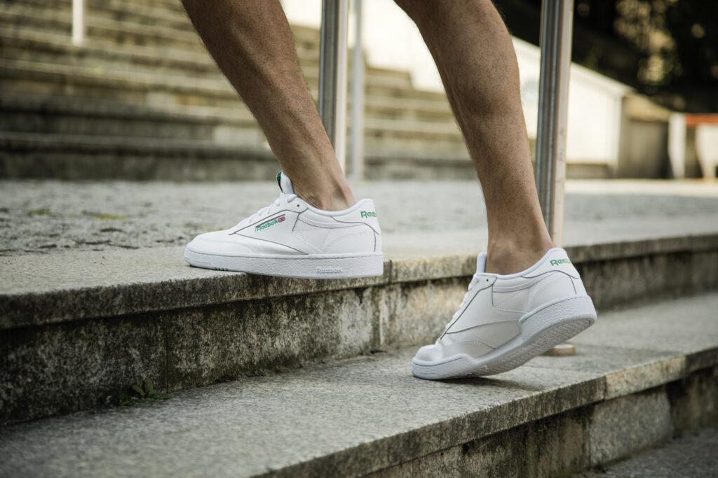 białe sneakersy męskie na nogach