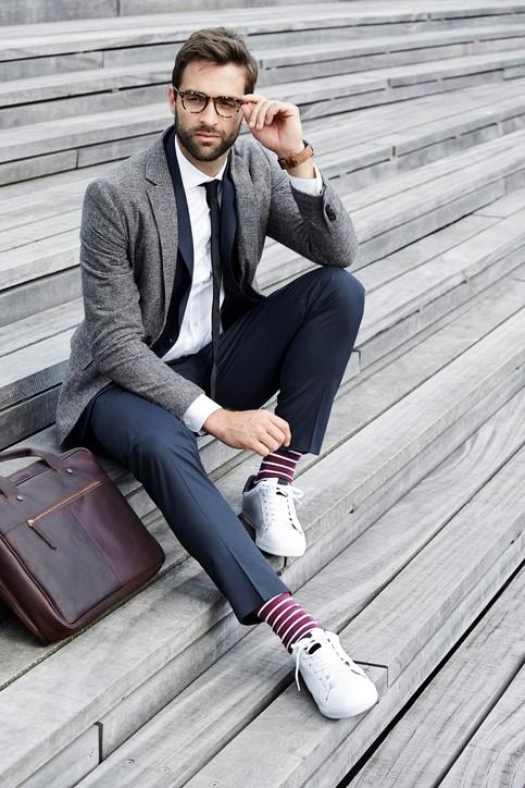 Stylizacja smart casualowa z białymi sneakersami i skarpetkami w paski