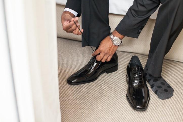 Lakierowane buty, skarpetki w kropki i grafitowy garnitur