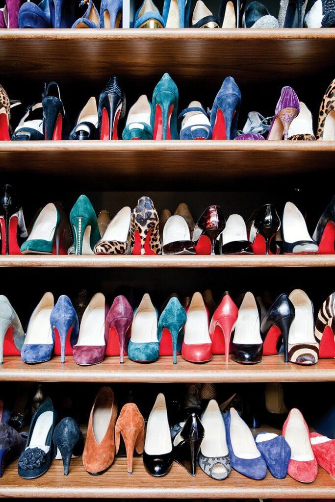 ułożenie butów w szafie