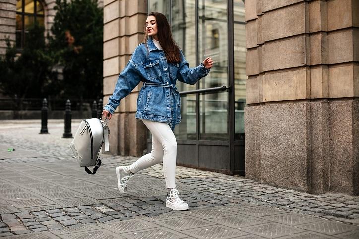 srebrne trampki na platformie calvin klein na modelce stylizacja