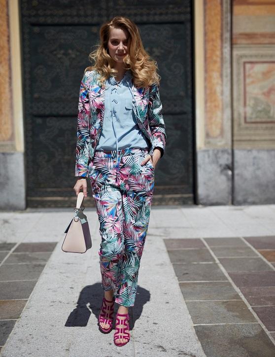 sandały na szpilce fuksja stylizacja z garniturem w kwiatowy print