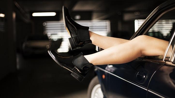 sztyblety gino rossi czarne lakierowane na nogach