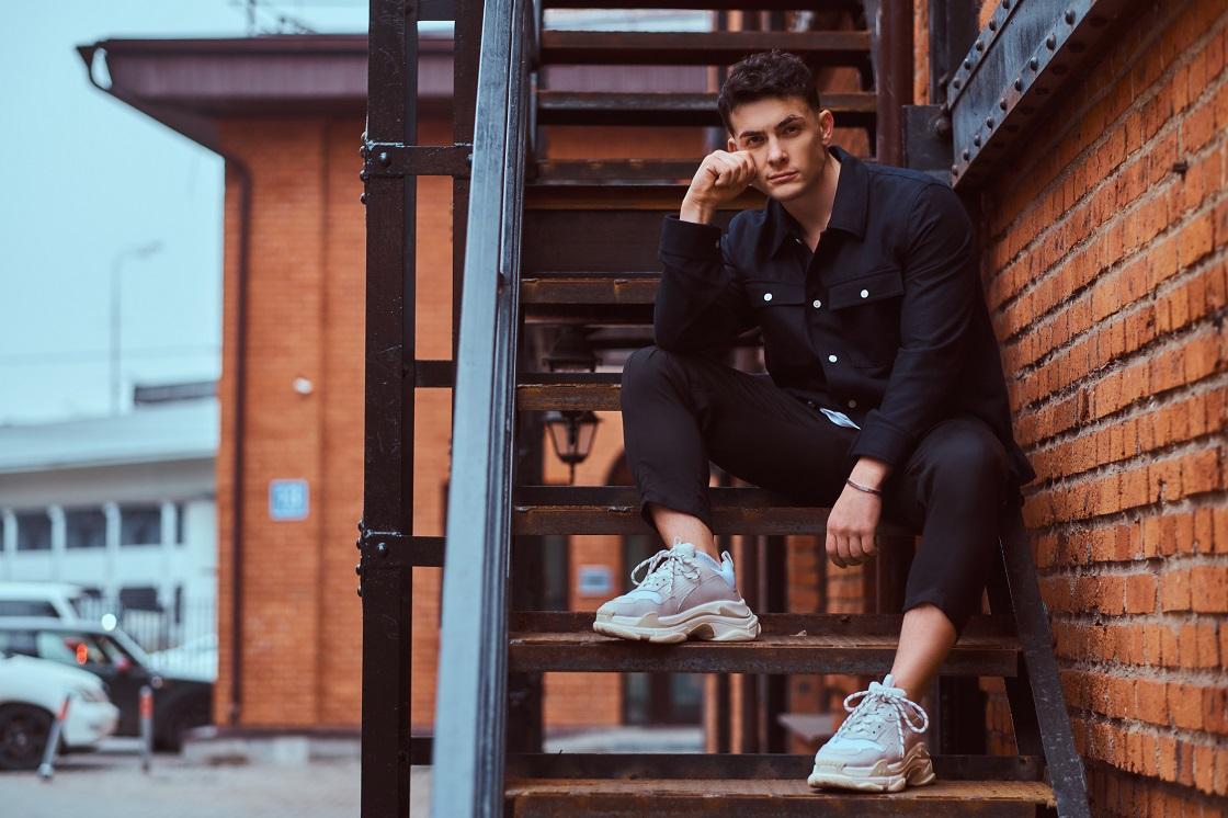 Męska stylizacja w odcieniach czerni i sneakersy ugly shoes