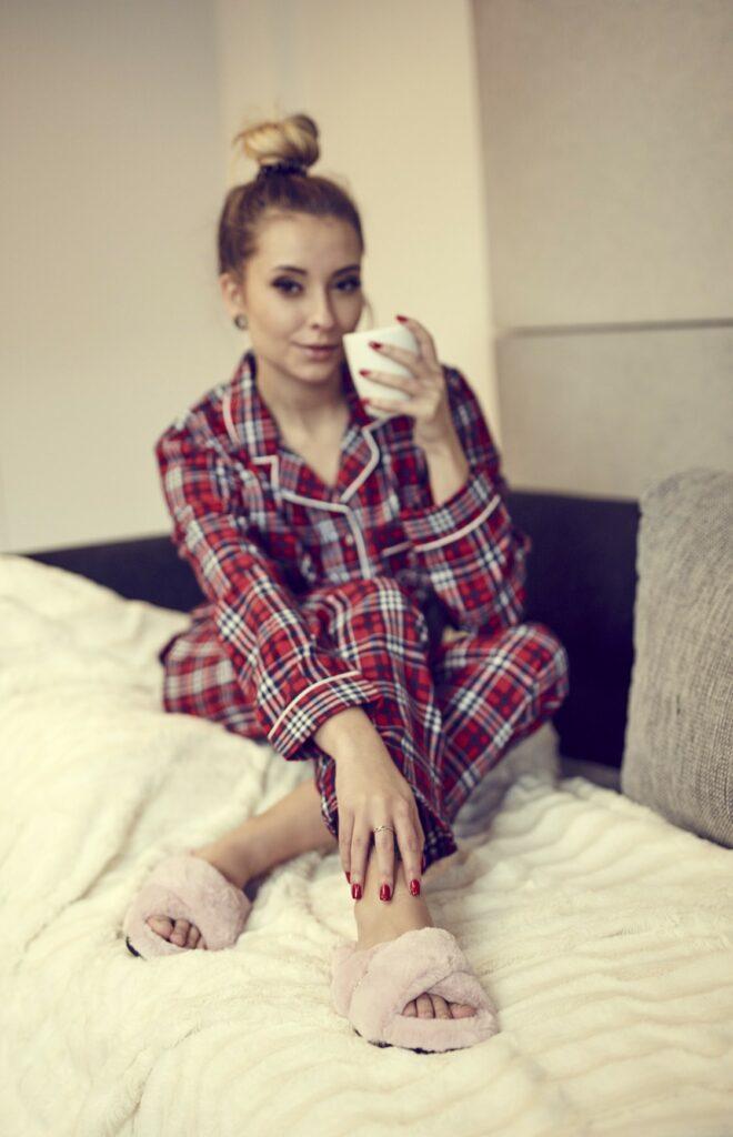 Kobieta w piżamie i kapciach