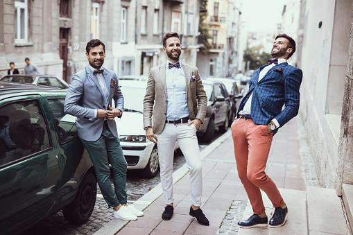 Mężczyźni w garniturach