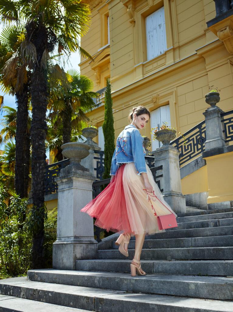 Modelka w różowych sandałach i z różową torebką