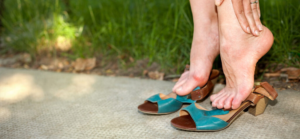 za ciasne buty