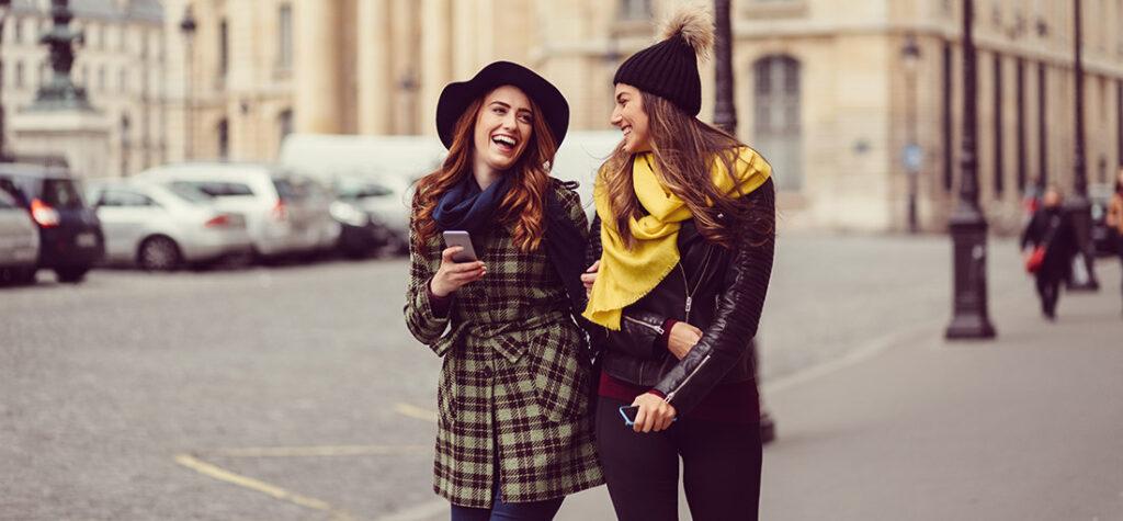 Kobiety w czapkach i szalikach