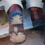 skrzypiące buty