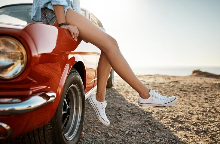 biale trampki na nogach na modelce