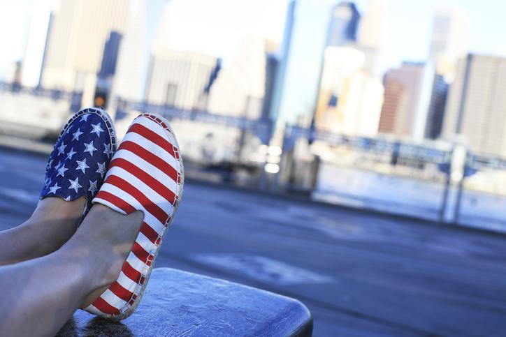 amerykańskie rozmiary butów - espadryle z amerykańską flagą na nogach