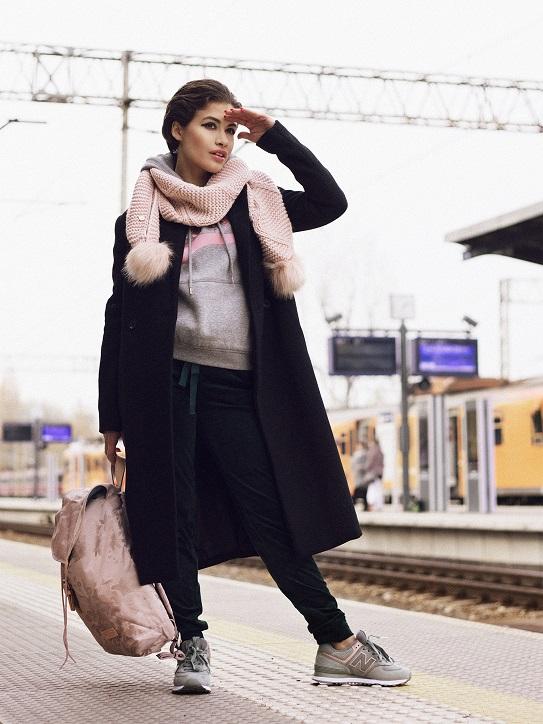 buty new balance damskie szare na modelce - stylizacja z czarnym plaszczem