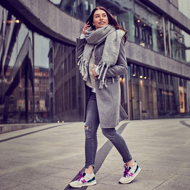 buty new balance damskie szare na modelce - stylizacja z szarym płaszczem