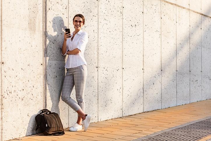 biale sneakersy na platformie - stylizacja ze spodniami w krate i biala koszula