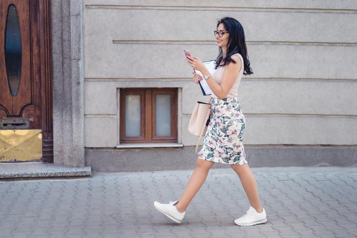 biale sneakersy - stylizacja ze spodnica w kwiaty i cielistym topem