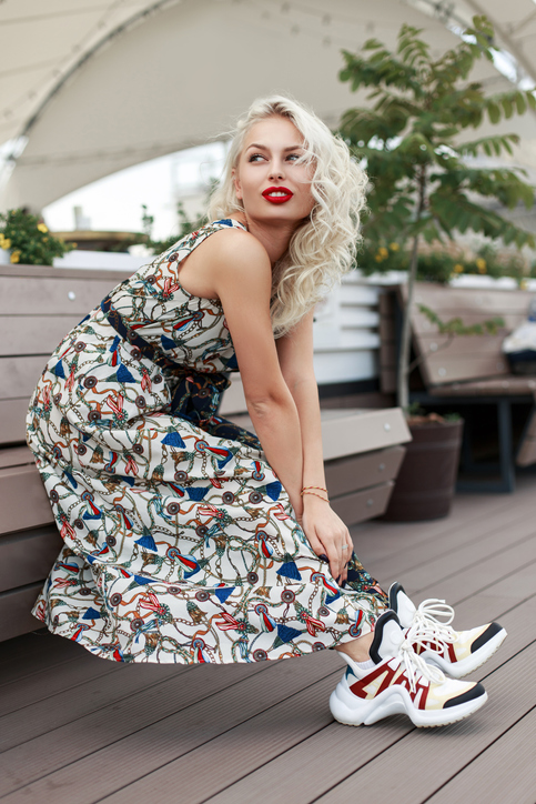 biale sneakersy z kolorowymi wstawkami - stylizacja z wzorzysta sukienka