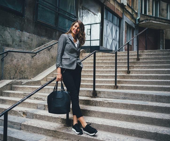 czarne sneakersy na platformie - stylizacja ze spodniami i marynarka