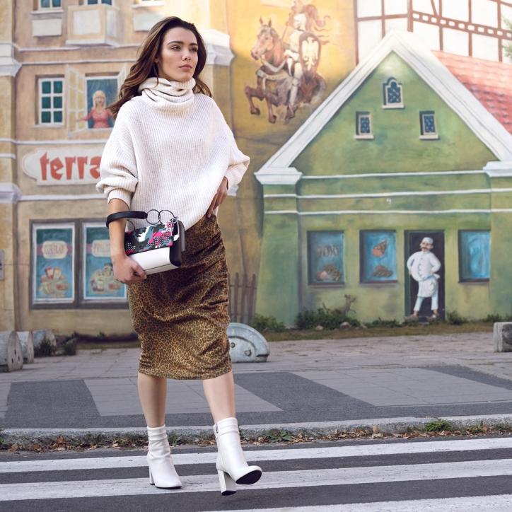 botki biale - stylizacja z golfem i spodnica w panterke