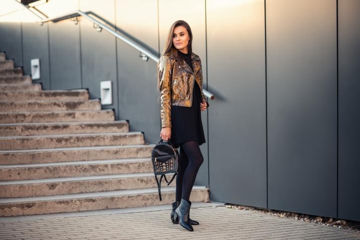 botki czarne z cwiekami - stylizacja ze spodnica i blyszczaca kurtka