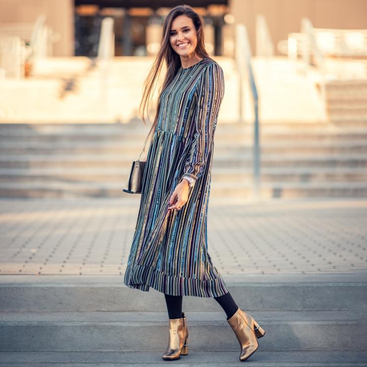 botki zlote - stylizacja z dluga sukienka w paski