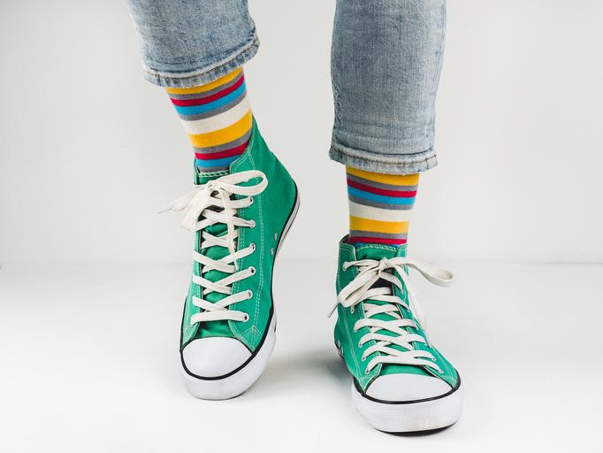 zielone trampki dziecięce na stopach