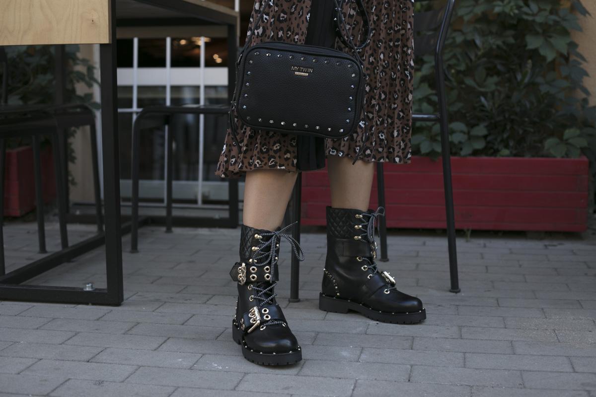 Plisowana sukienka w panterkę w połączeniu z ciężkimi butami