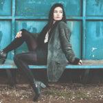 modelka w czarnych botkach