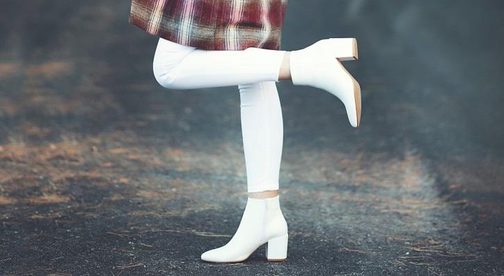 białe botki na słupku na modelce