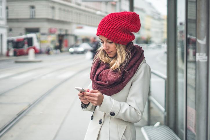 czerwona czapka damska na zimę na modelce